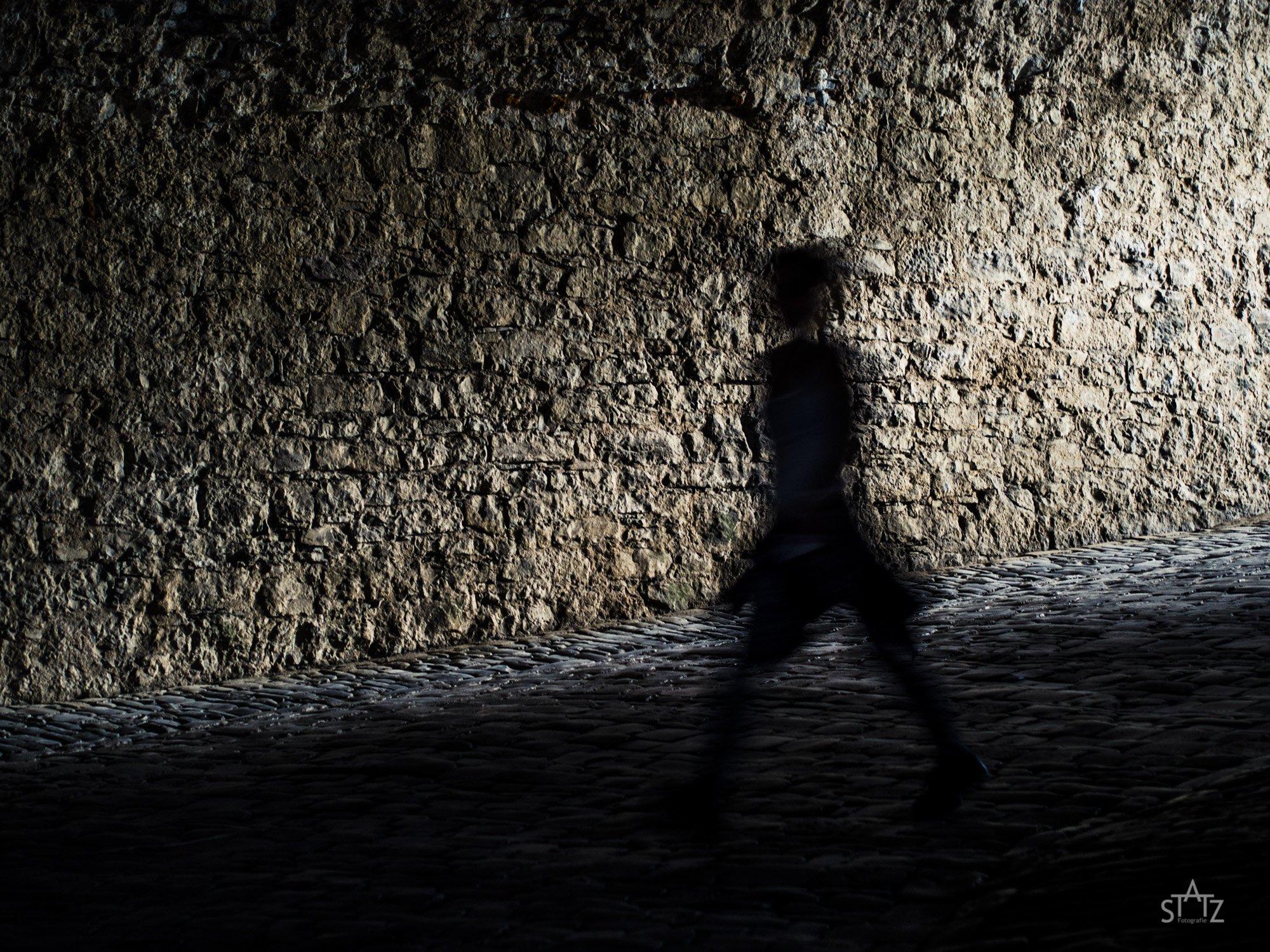 Ein Schatten in einer dunklen Gasse