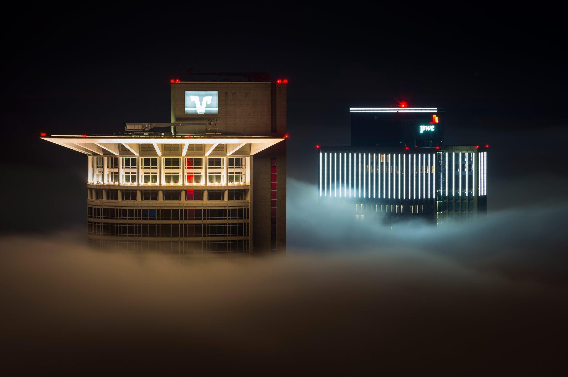 Bastian Werner Frankfurter Skyline in der Dämmerung